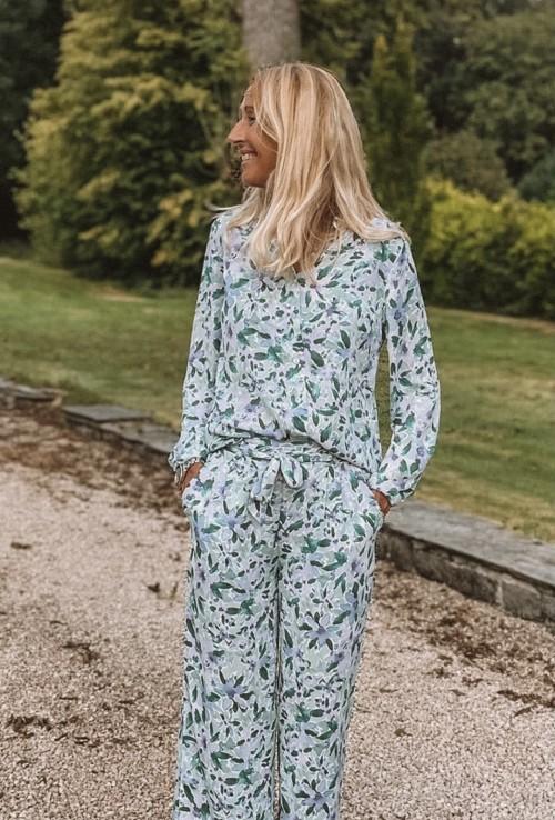 Combinaison pantalon ULYSSE blanche à fleurs vertes et violettes